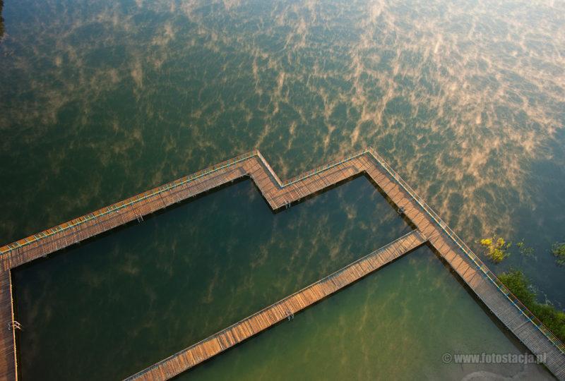 Pomost na jeziorze Ołów w Rynie