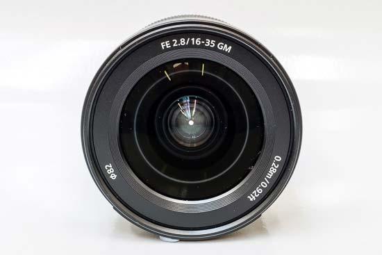 Phía trước của ống kính Sony FE 16-35mm F2.8 GM