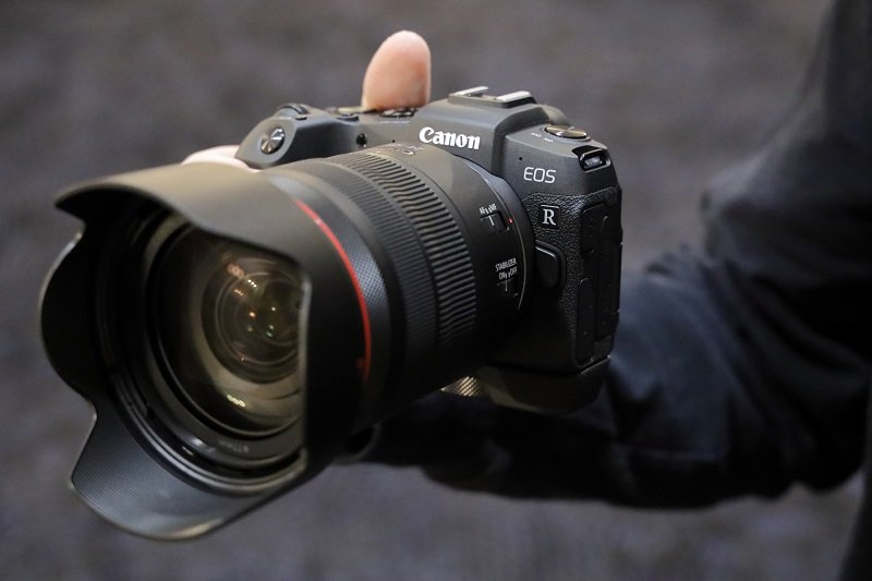 canon-rp-in-hands-01