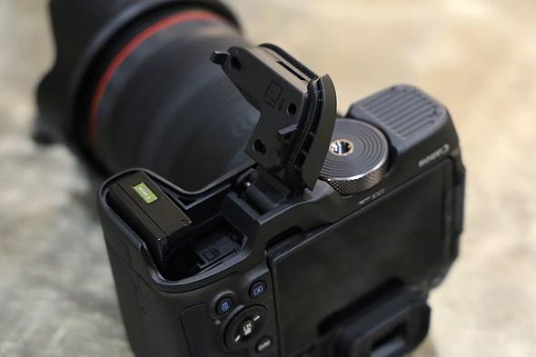 Ngay cả với phần mở rộng kẹp tùy chọn, bạn vẫn có thể truy cập pin và thẻ SD. Lưu ý rằng đai ốc có ốc vít mở rộng vào ổ cắm chân máy có ổ cắm chân máy, giữ mọi thứ trên trục quang.