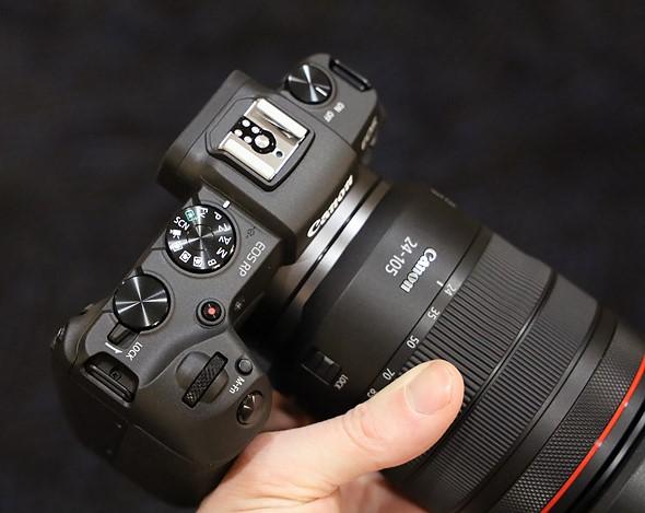 Lệnh sinh đôi quay số trên đỉnh máy ảnh đặt nó ngoài loạt máy ảnh DSLR thị trường đại chúng, nhưng có một gợi ý về tinh thần tương tự trong giao diện và giá cả của Canon.