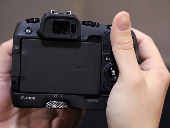Có một riser bổ sung tùy chọn cho EOS RP. Cũng lưu ý khả năng lật màn hình về phía thân máy: giúp giữ an toàn cho màn hình dễ dàng hơn nếu để máy ảnh trong túi khi di chuyển.