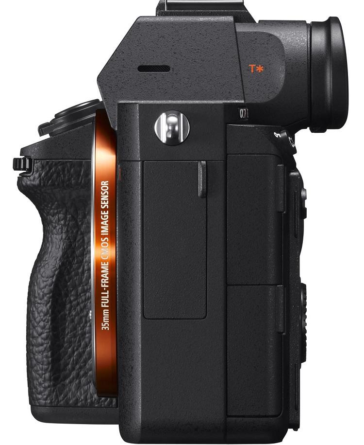 Hình ảnh mặt bên cùng khe cấm cáp và âm thanh của chiếc máy ảnh A7r III