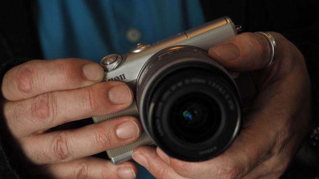 Trên tay Canon EOS M100 – Không thể tuyệt vời hơn!
