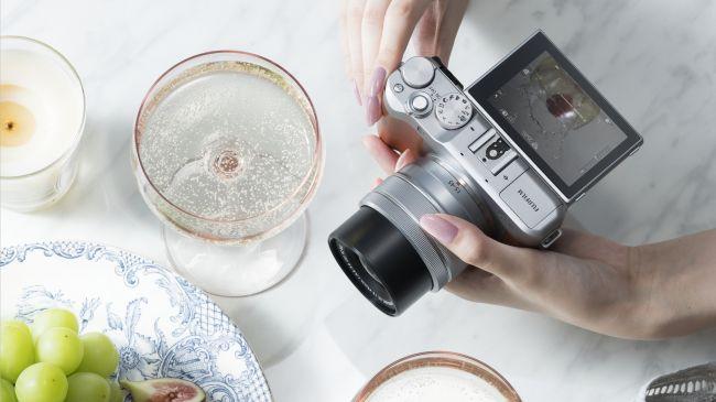 Đây là chiếc Fujifilm X-A5, bản nâng cấp của chiếc X-A3 với ống kính kit mới XC15-45mm F3.5-5.6 OIS