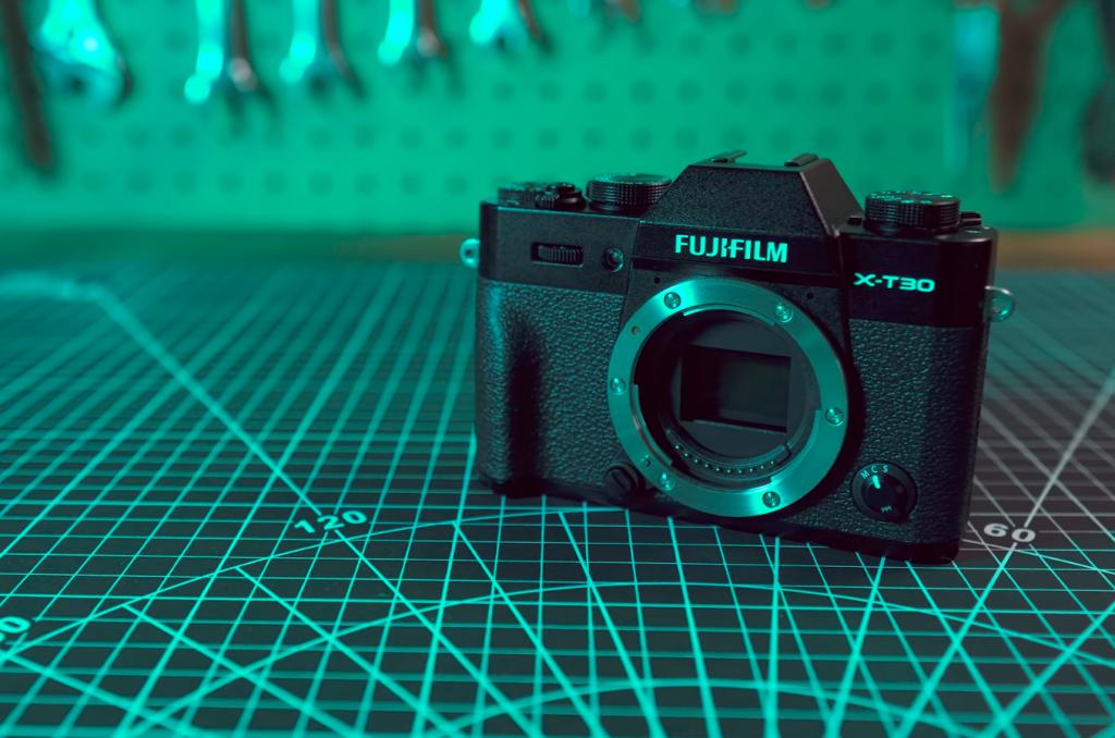 Đánh giá và so sánh Fujifilm X-T30 với Sony A6400